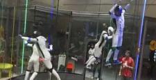 Cam fanus içinde uzay dansı yapan insanlar