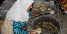 Türkmen kadınlar cephedekiler için tandır başında