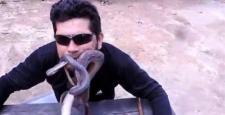 4 canlı yılanı ağzına koydu