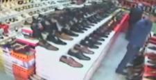 Ayakkabılara baktı, cep telefonunu aldı
