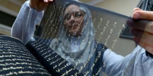 Azerbaycanlı ressam Kur'an-ı Kerim'i ipek sayfalara yazdı