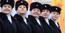 Rus askerler geçit töreni düzenledi